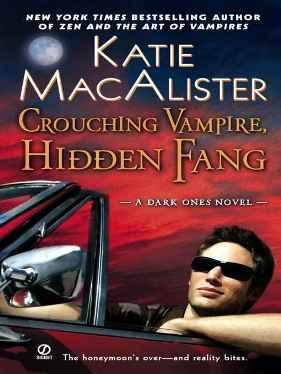Macalister Katie - Crouching Vampire, Hidden Fang
