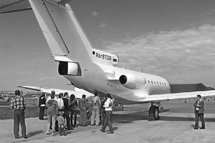 Посадка пассажиров в Як-40