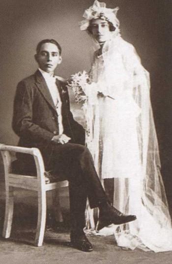 Эротическое фото большеглазая брюнетка в костюме восточной наложницы