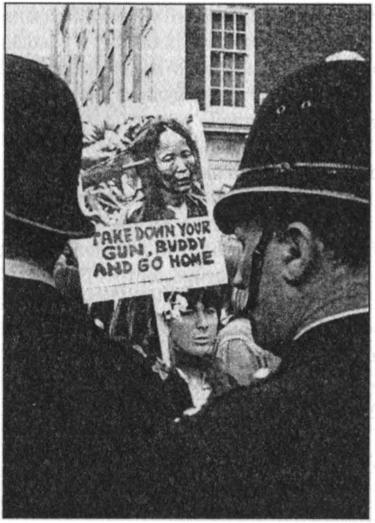 Толпа разъяренных негров очень жестоко наказывают белую шлюху за её провинности 3 фотография