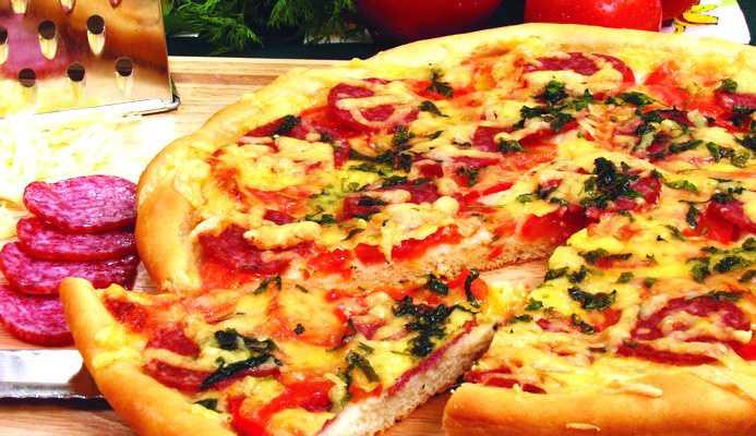 Пицца с колбасой и сыром фото